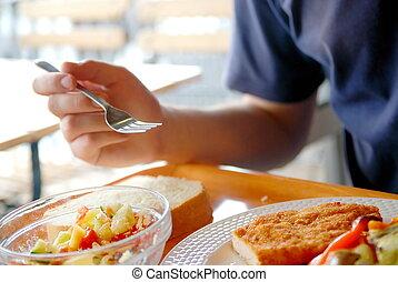 Ein Mann, der gesundes Essen isst, ein Restaurant