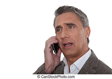 Ein Mann, der sein Handy anschreit