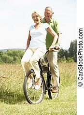 Ein Paar, das Fahrrad fährt