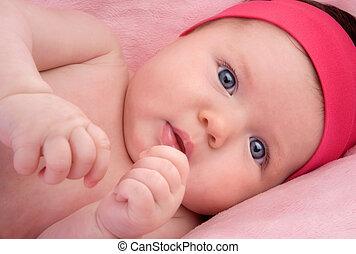 Ein reizendes Neugeborenes mit blauen Augen