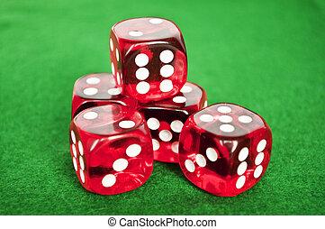 Ein Set Glücksspiel-Würfel im grünen Hintergrund