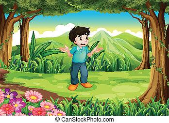 Ein verlorener junger Mann mitten im Wald.