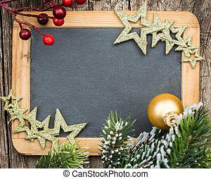 Eine aus Holz geschmückte Tafel in Weihnachtsbaum und Dekoration. Winterferien-Konzept. Kopiere Platz für deine SMS