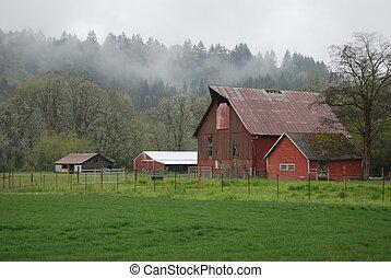 Eine Farm im Nebel
