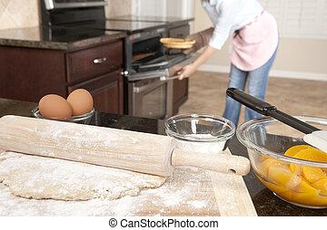 Eine Frau backt einen Kuchen