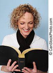 Eine Frau liest die Bibel