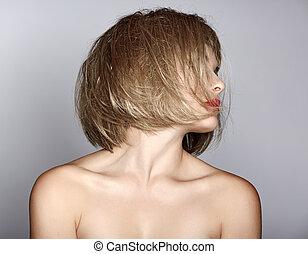 Eine Frau mit blondem Bob