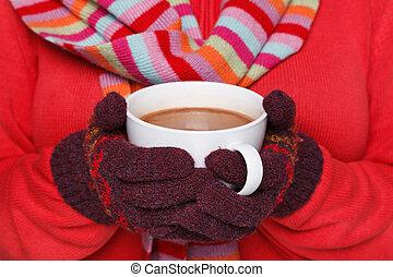 Eine Frau mit einer Tasse heiße Schokolade.
