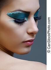 Eine Frau mit hellblauem Make-up