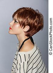 Eine Frau mit kurzen roten Haaren