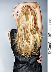 Eine Frau mit langen blonden Haaren