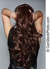 Eine Frau mit langen braunen Locken