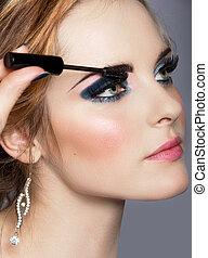 Eine Frau mit langen Wimpern und Mascara