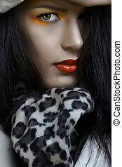 Eine Frau mit orangefarbenem Make-up