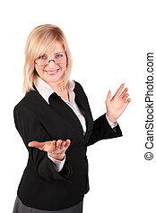 Eine Frau mittleren Alters macht einladende Gesten