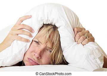 Eine Frau versucht zu schlafen