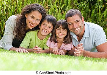 Eine glückliche Familie im Garten