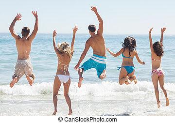 Eine Gruppe Freunde, die am Strand Spaß haben