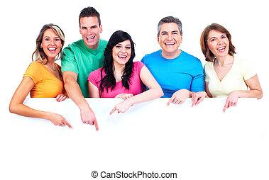 Eine Gruppe glücklicher Menschen mit einem Banner.