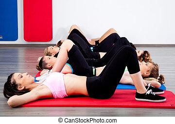 Eine Gruppe junger Frauen in der Turnhalle
