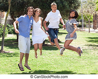 Eine Gruppe junger Freunde, die Spaß haben