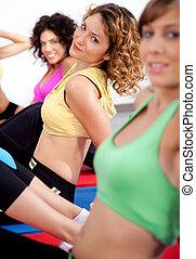 Eine Gruppe Mädchen, die trainieren