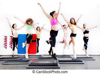 Eine Gruppe von Frauen, die Aerobic auf Stepper machen
