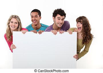 Eine Gruppe von Freunden mit einem leeren Poster