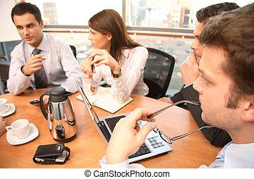Eine Gruppe von Geschäftsleuten, die arbeiten