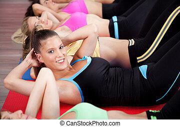 Eine Gruppe von Leuten, die Stretch-Übung machen