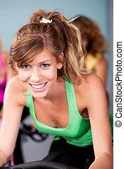 Eine Gruppe von Leuten in einem Fitnessstudio