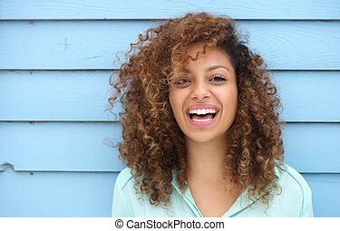 Eine junge Afrikanerin, die lächelt