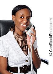 Eine junge Frau am Telefon