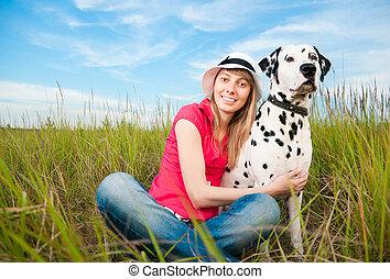 Eine junge Frau mit ihrem Hundetier