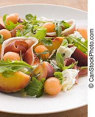 Eine Platte mit Melone Melone Schinken-Mozzarella-Käse und Pfirsich