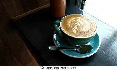 Eine Tasse Kaffeekaffee auf dem Tisch.