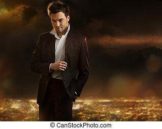 Eleganter junger, gutaussehender Mann im Hintergrund der Nachtstadt