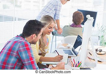 entwerfer, arbeitende , dokument, heiter