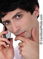 Ernster Mann mit einem Handy