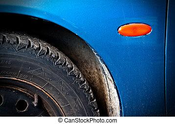 Erste-Panel-Panel und Reifen von schmutzigem Auto