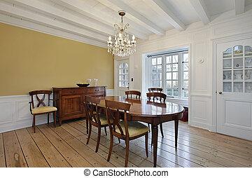 Esszimmer mit weißen Holzstrahlen