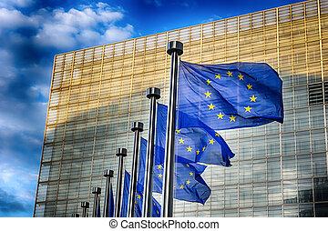 EU-Flaggen vor dem Gebäude der Europäischen Kommission.