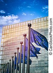 EU-Flaggen vor der europäischen Kommission in Brüssel.