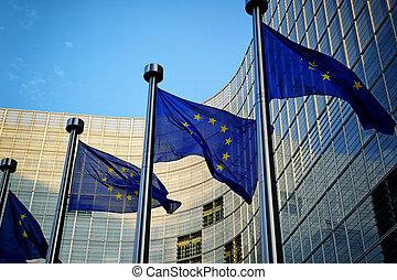 EU-Flaggen vor der European-Kommission