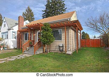 Exterior Foto von kleinen Beige Haus.