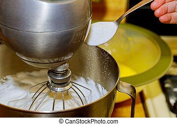 fügt hinzu, bowl., whites., mixer, frau, ei, peitschen, zucker