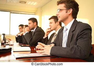 Fünf Geschäftsleute auf einer Konferenz
