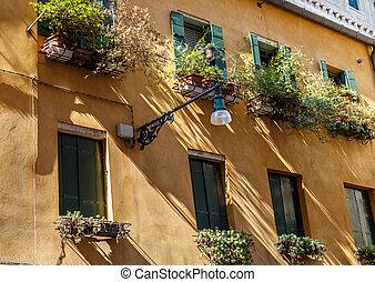 Facades Venice Haus mit grünen Fensterläden.