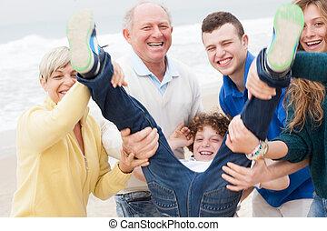 Familie hat Spaß am Strand.
