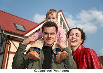 Familie mit Baby und Haus zwei